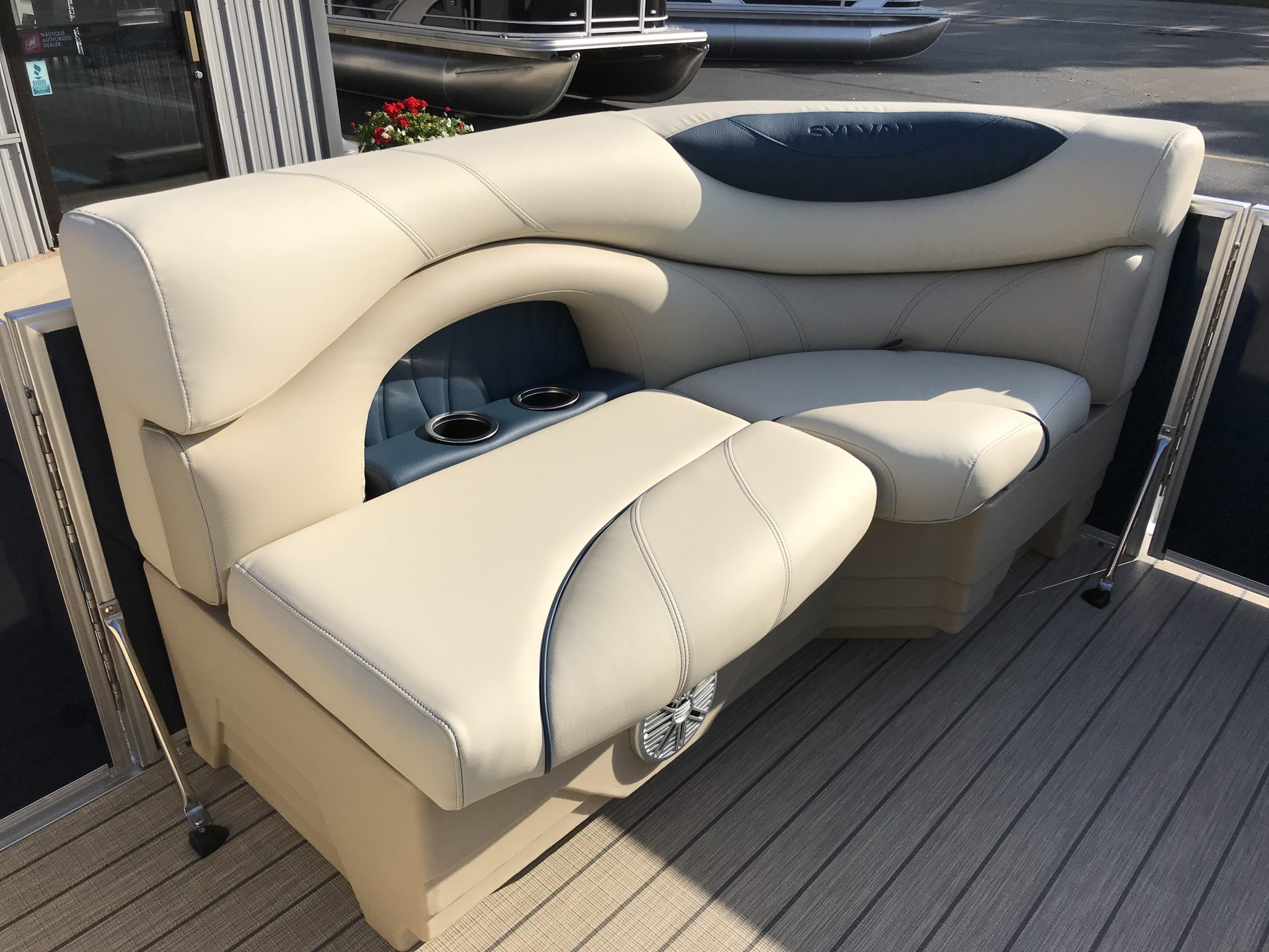 Sylvan 8520 Cruise-n-Fish Interior Cockpit Seating 4