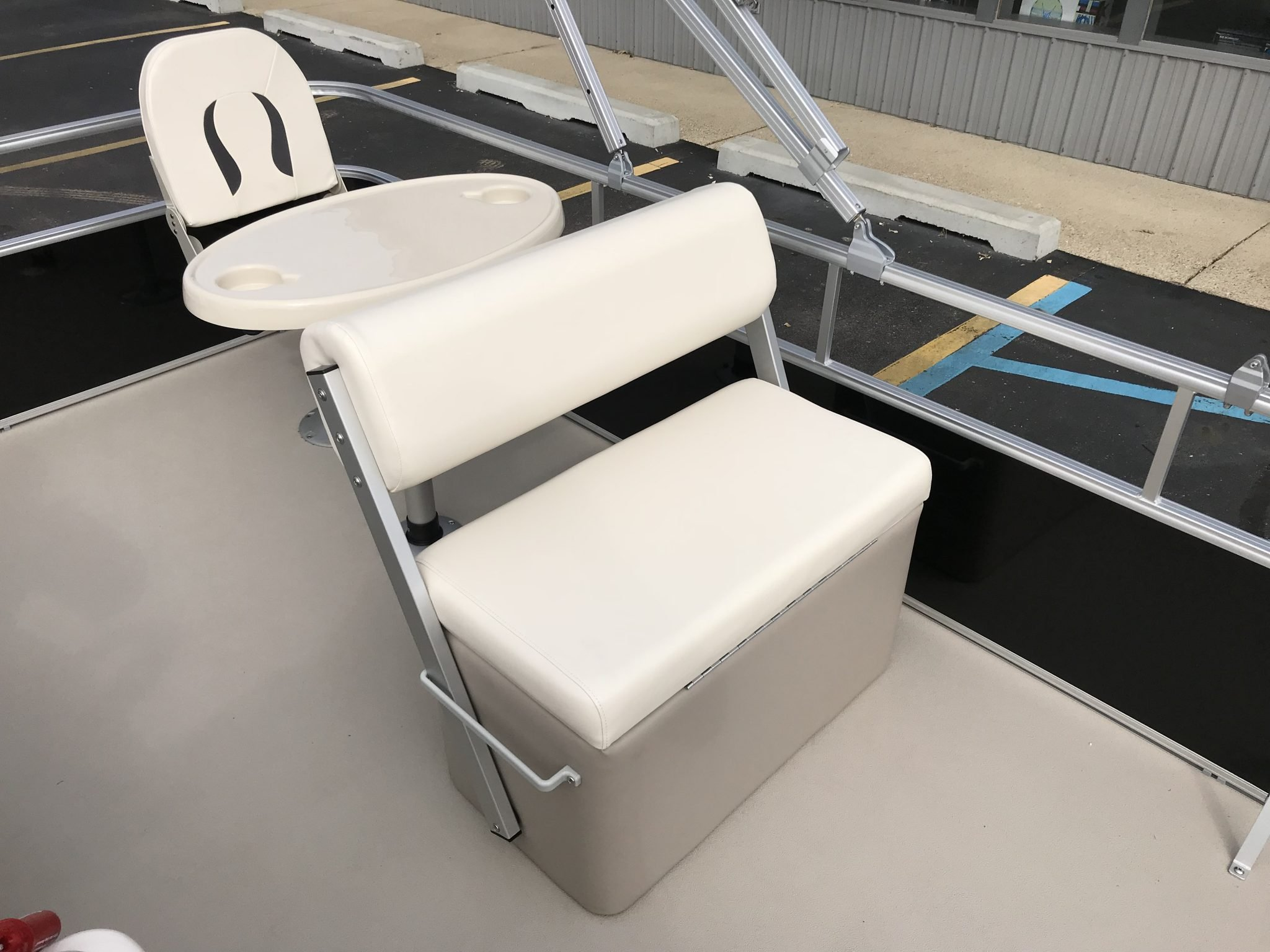 2019 SunChaser 818 4.0 Interior Flip-Flop Livewell Seating