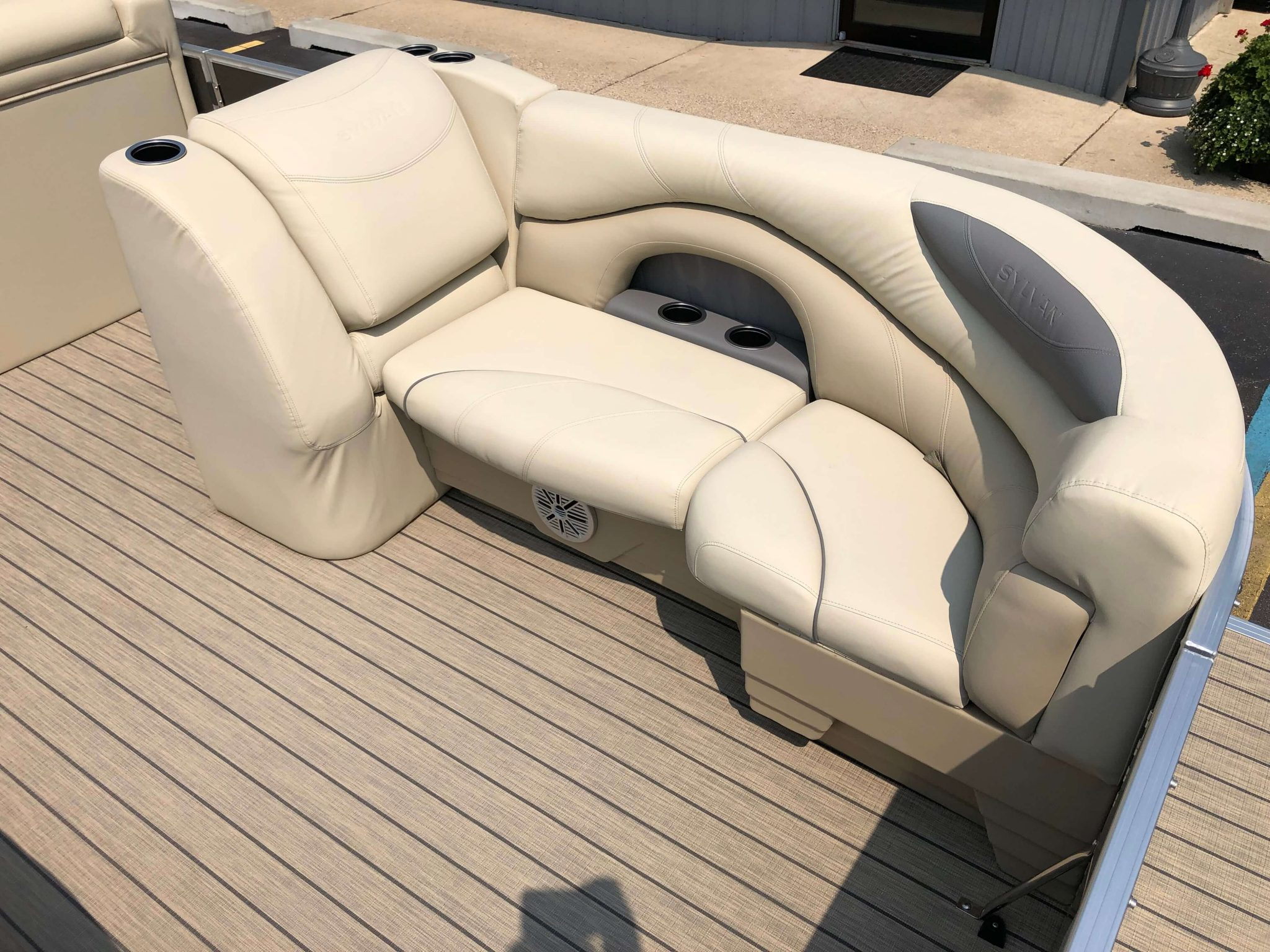 2019 Sylvan 8522 Cruise Carbon Pontoon Boat Seating 2